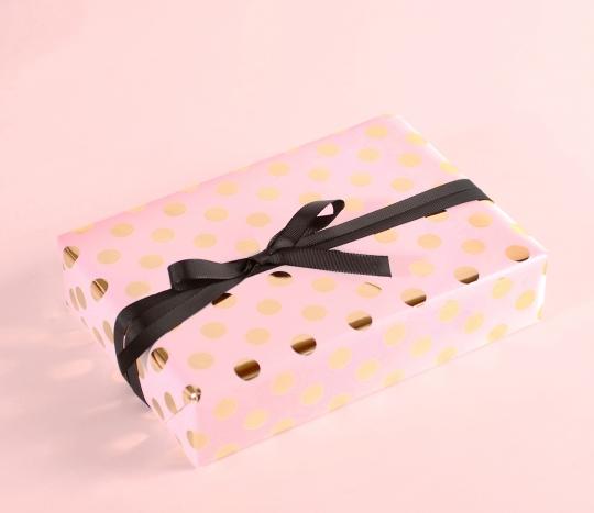 Carta da regalo con pois di foil