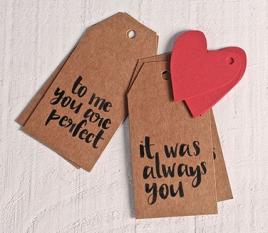 Set mit 8 bedruckten Etiketten und Herzen