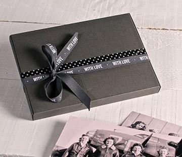 Caja gris para fotos