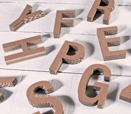 Kleine Großbuchstaben aus Pappe
