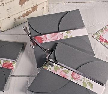 Umschlag aus Karton mit Verschluss in Form einer Blume