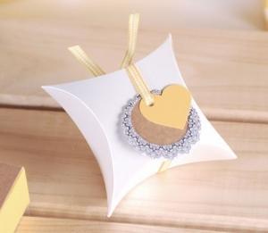 Caja regalo con cinta y corazón