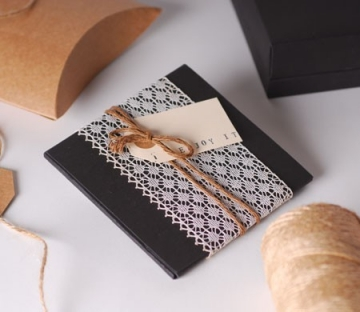 Delicada caja para CD con lazo de puntilla