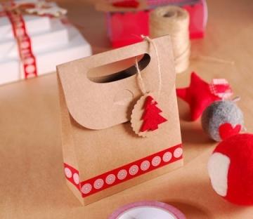 Sacchetto regalo natalizio con albero in feltro