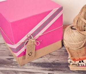 Fuchsia gift box with kraft coloured base