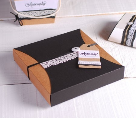 Delicada caja regalo con puntilla y etiqueta