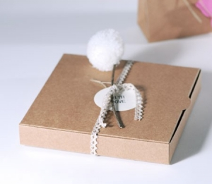 Caja con pompón para invitación de boda