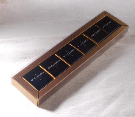 Caja con faja transparente
