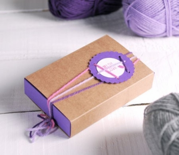 Bicolour box decorated with wool