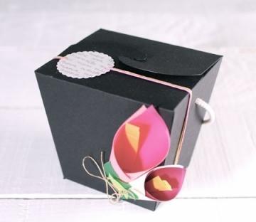 Scatola decorata con fiori di carta