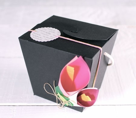 Caja decorada con flores de papel