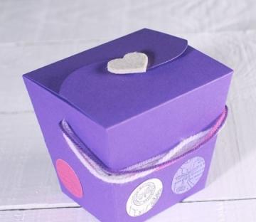 Caja de regalo decorada con lanas