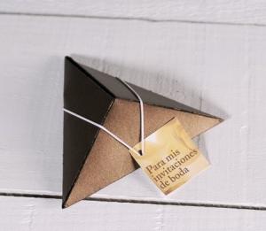 Caja piramidal para invitaciones de boda