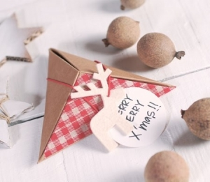 Caja piramidal y navideña