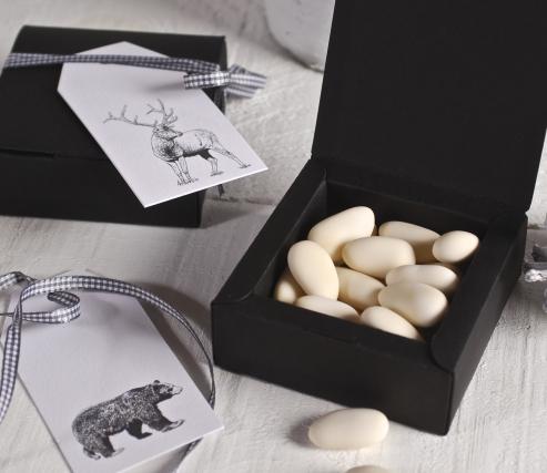 Caja regalo decorada con cinta y etiquetas