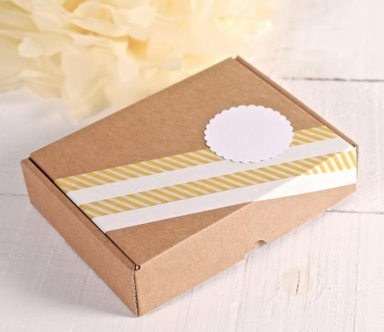 Caja rectangular con decoración amarilla y blanca