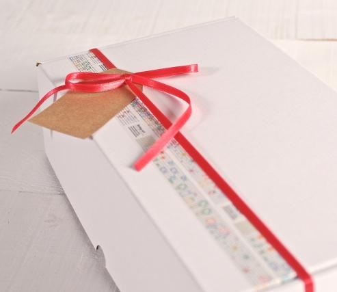 Scatola decorata con washi tape e nastro rosso