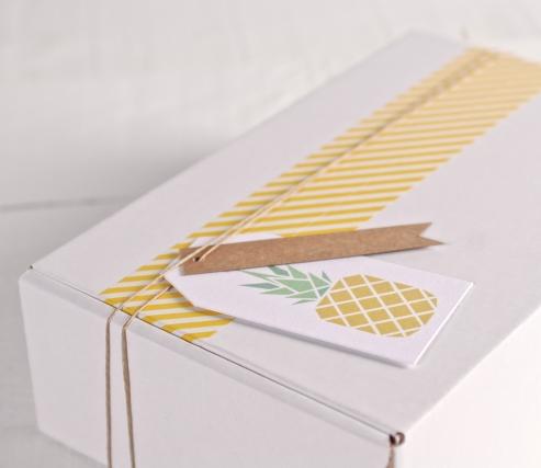 "Caja tropical con etiqueta ""Piña"" y washi tape amarillo"
