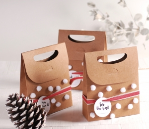 Caja navideña con pompones
