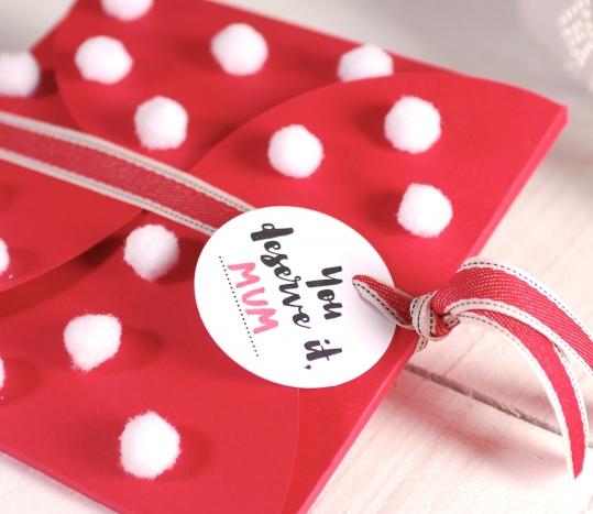 Caja para invitaciones con pompones