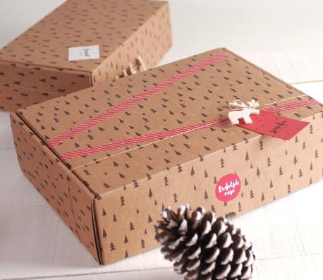Caja rectangular con abetos navideños