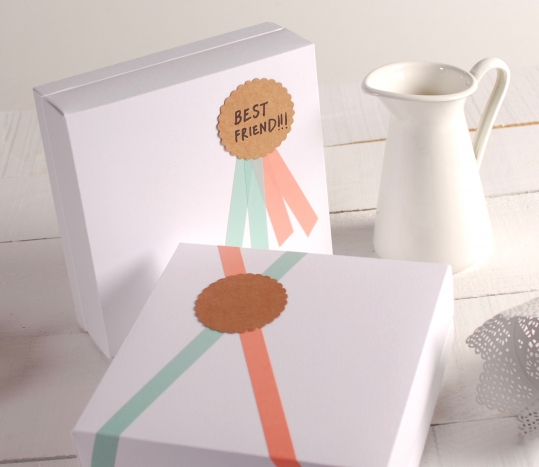 Caja cuadrada blanca decorada con medalla
