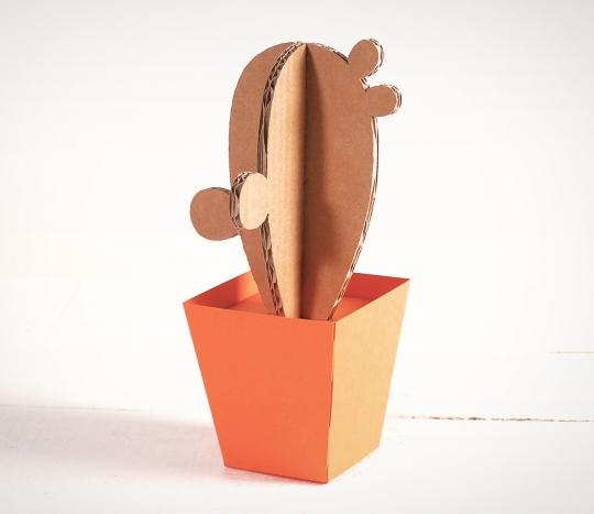 Cactus de cartón con maceta
