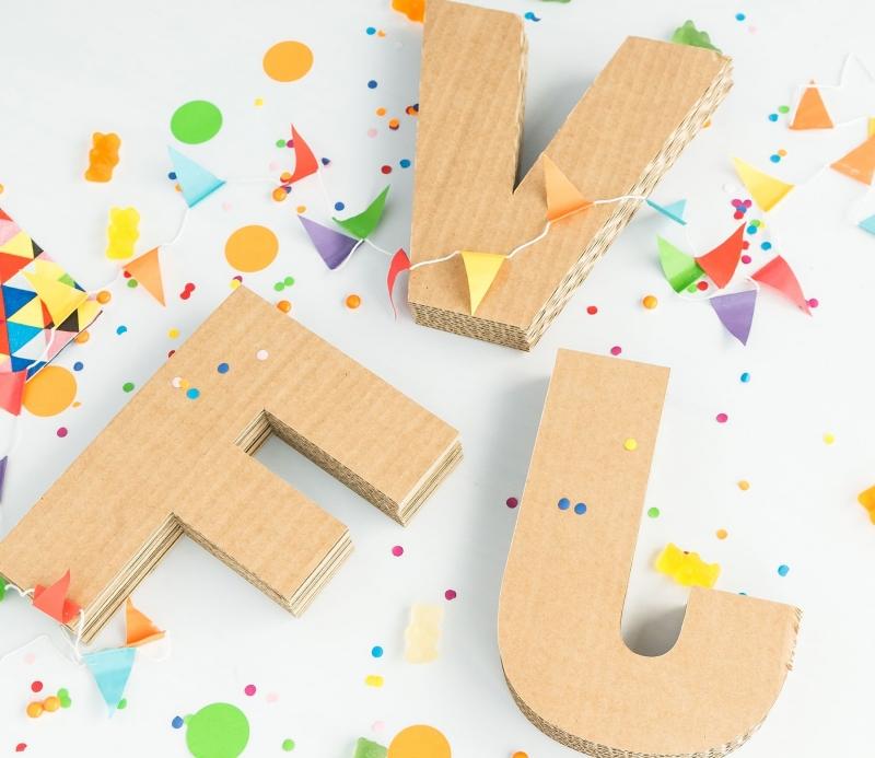Dekorativen Buchstaben aus Pappe zum Dekorieren