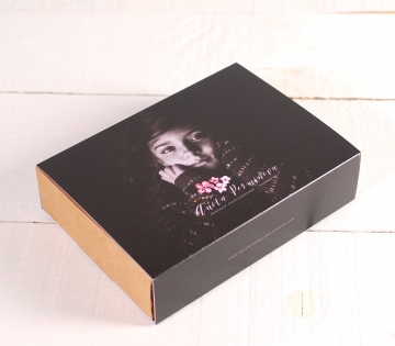 Box with a sleeve customised with photos