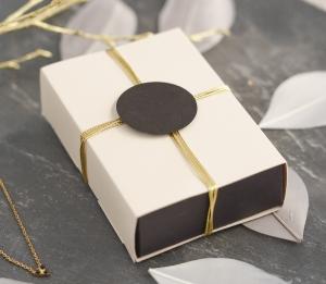 Elegante Schachtel mit Ummantelung
