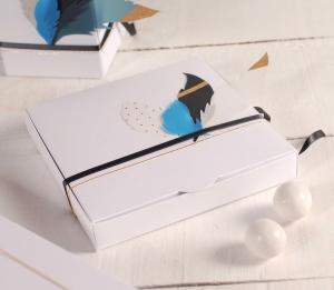 Caja de regalo plana con plumas