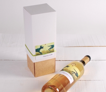 Wine box with folder decoration