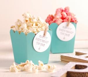 Popcorn-Schachtel mit Dekoration und Accessoires
