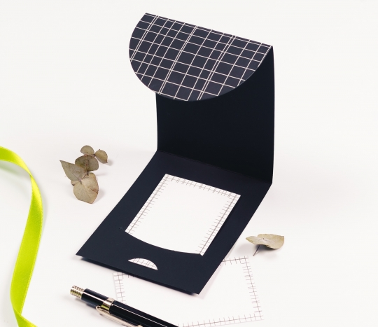 Cardboard envelope for cards and vouchers with a linear decoration