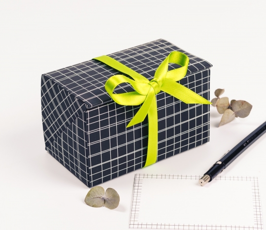 Box for vouchers with a linear decoration