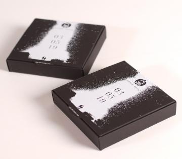 Schwarze Schachtel für Hochzeitsgeschenk