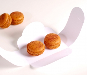 Decorated box for two macaroons