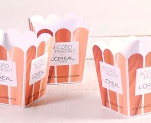 Pacco regalo per campagna di influencer. Cartoncino personalizzato con gadget per branding.