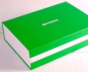 Welcome pack en la entrega del vehículo. Caja hecha a medida con personalización en medidas, materiales e impresión