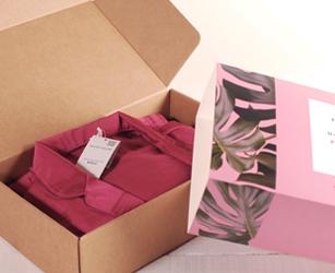 Geschenkpaket für digitale Branding-Kampagne durch Influencer. Benutzerdefinierte Versandschachtel mit Ummantelung.