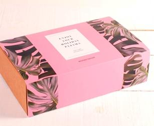 Pack obsequio para campaña branding digital mediante influencers. Caja de envío personalizada con faja.